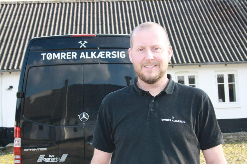 Viser tømrermester Søren Alkærsig